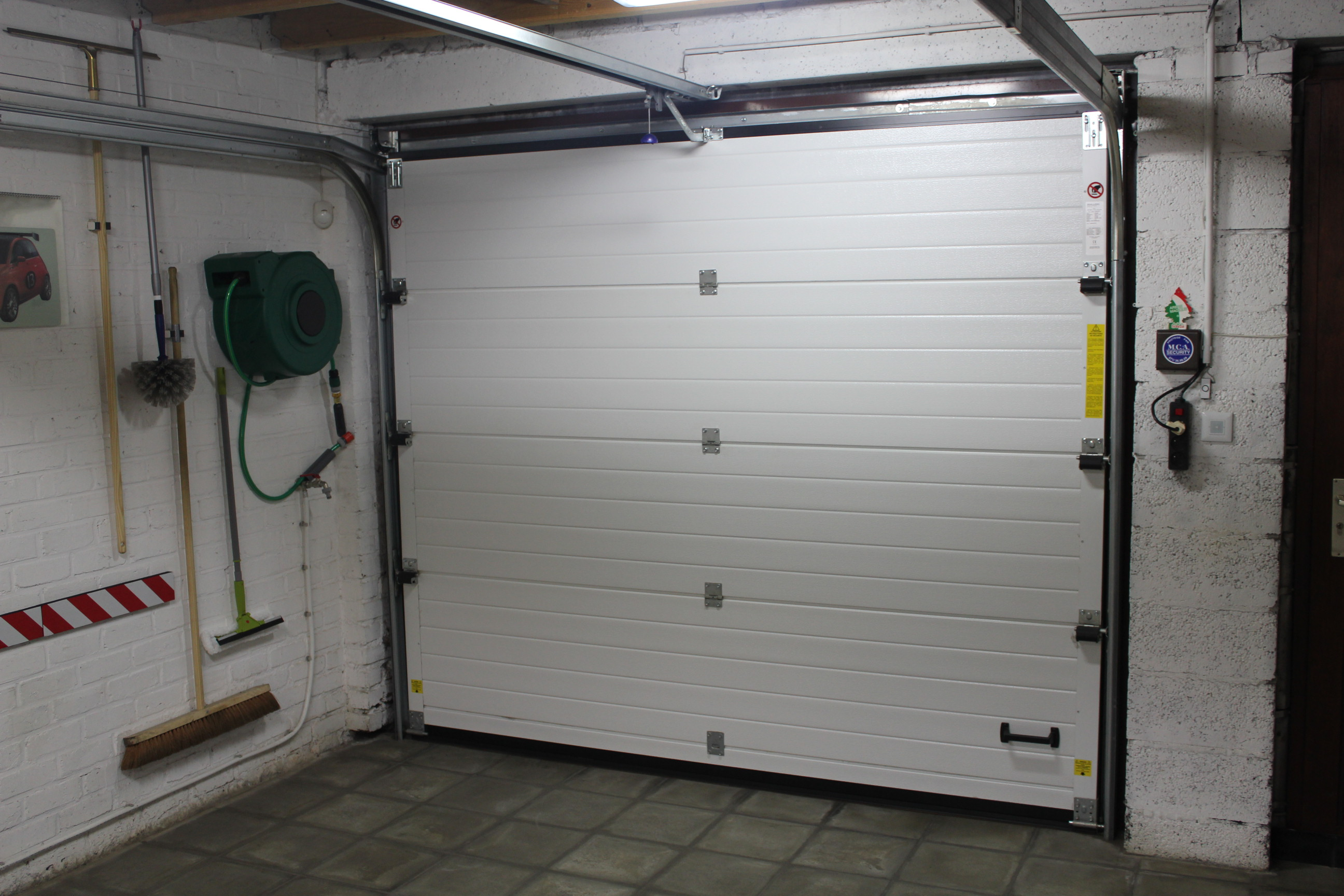 Placement de porte de garage sectionnelle et basculante charleroi mons namur mp menuiserie - Porte de garage sectionnelle ...